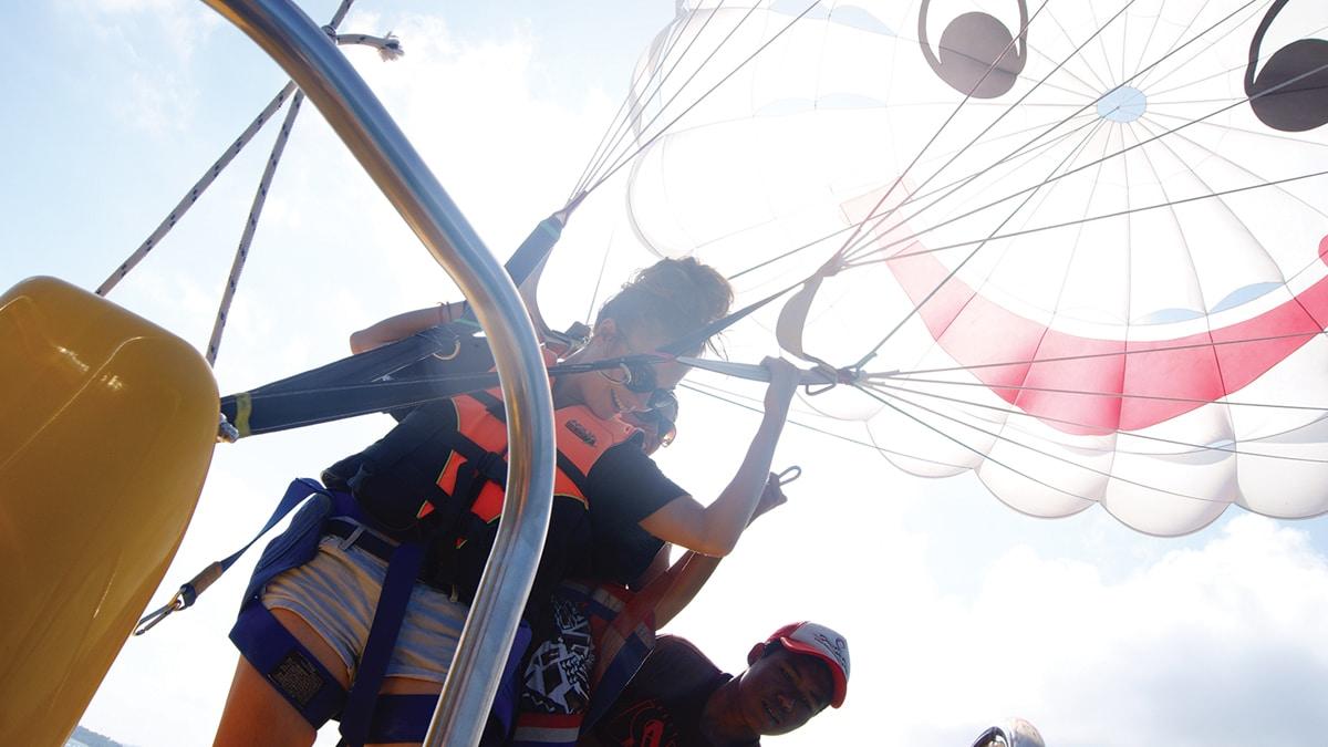 Парасейлинг — полет с парашютом над морем, остров Самуи, Таиланд
